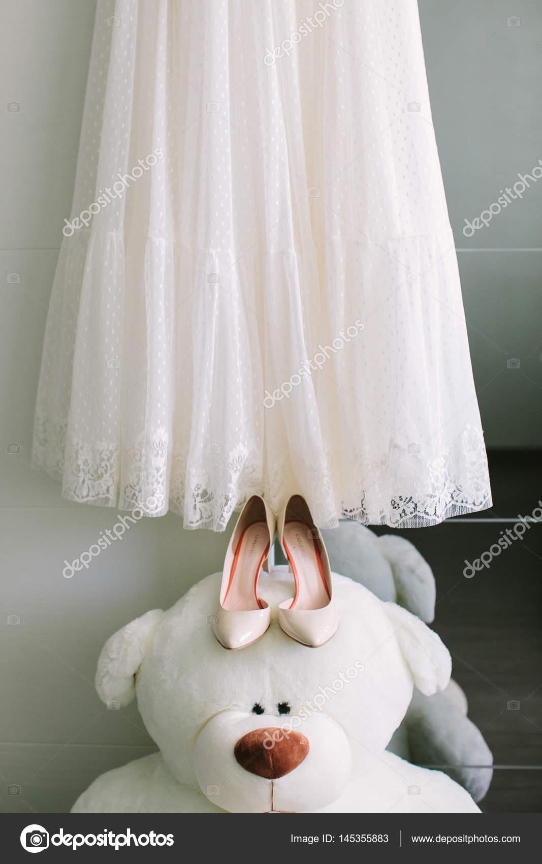 Gebühren der Braut: die schöne lacy weißes Brautkleid und elegante ...
