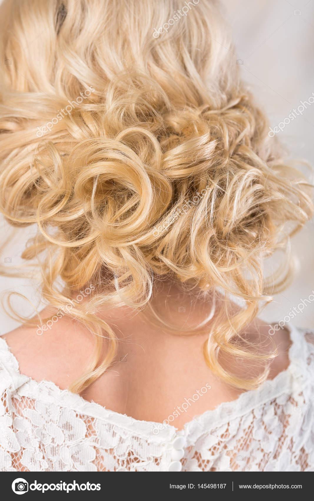 A Loira Com Um Penteado De Casamento Lindo Close Up Os