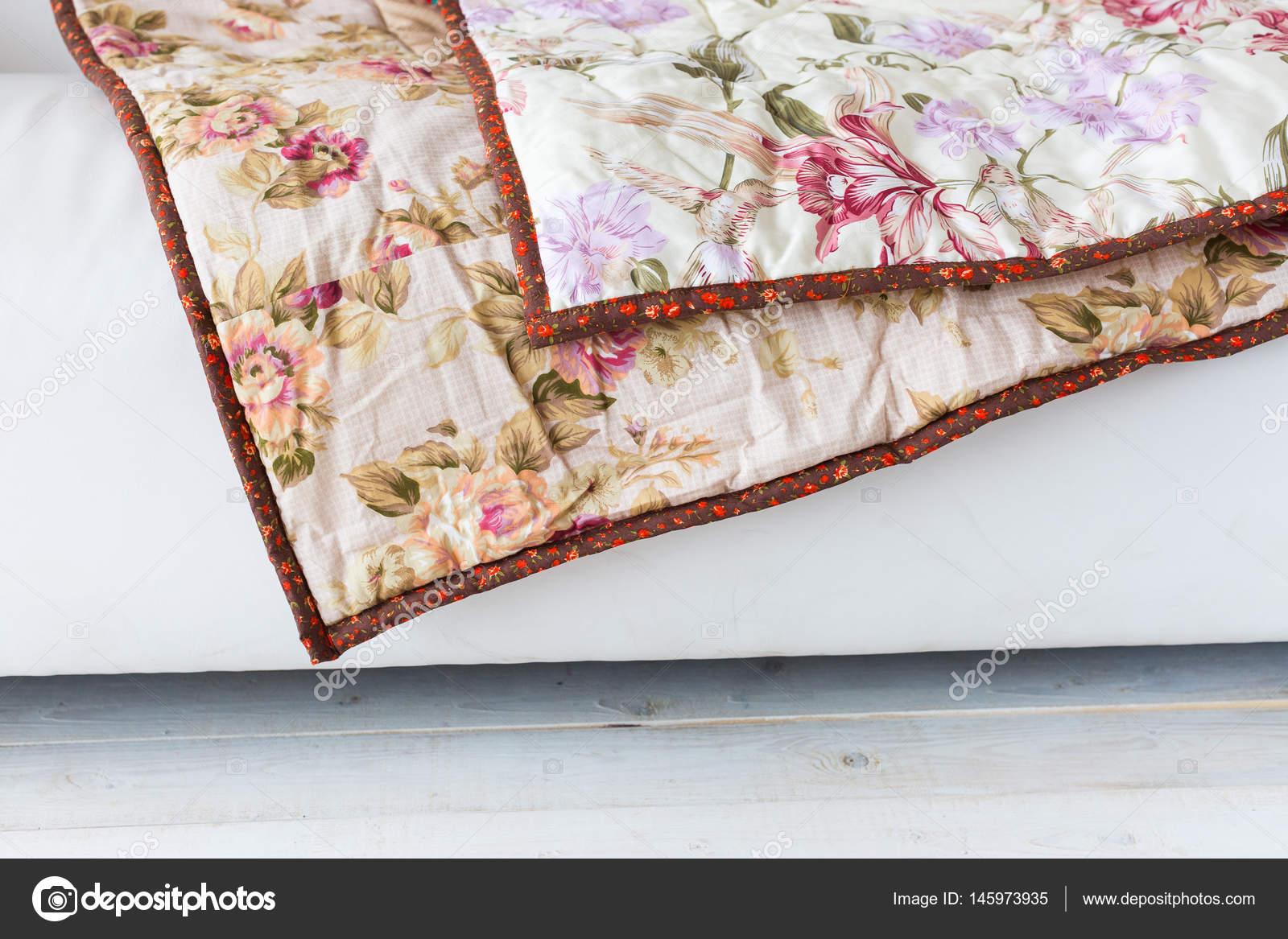 Teil der Farbe Flickenteppich mit Vintage Blumen-Muster auf einem ...