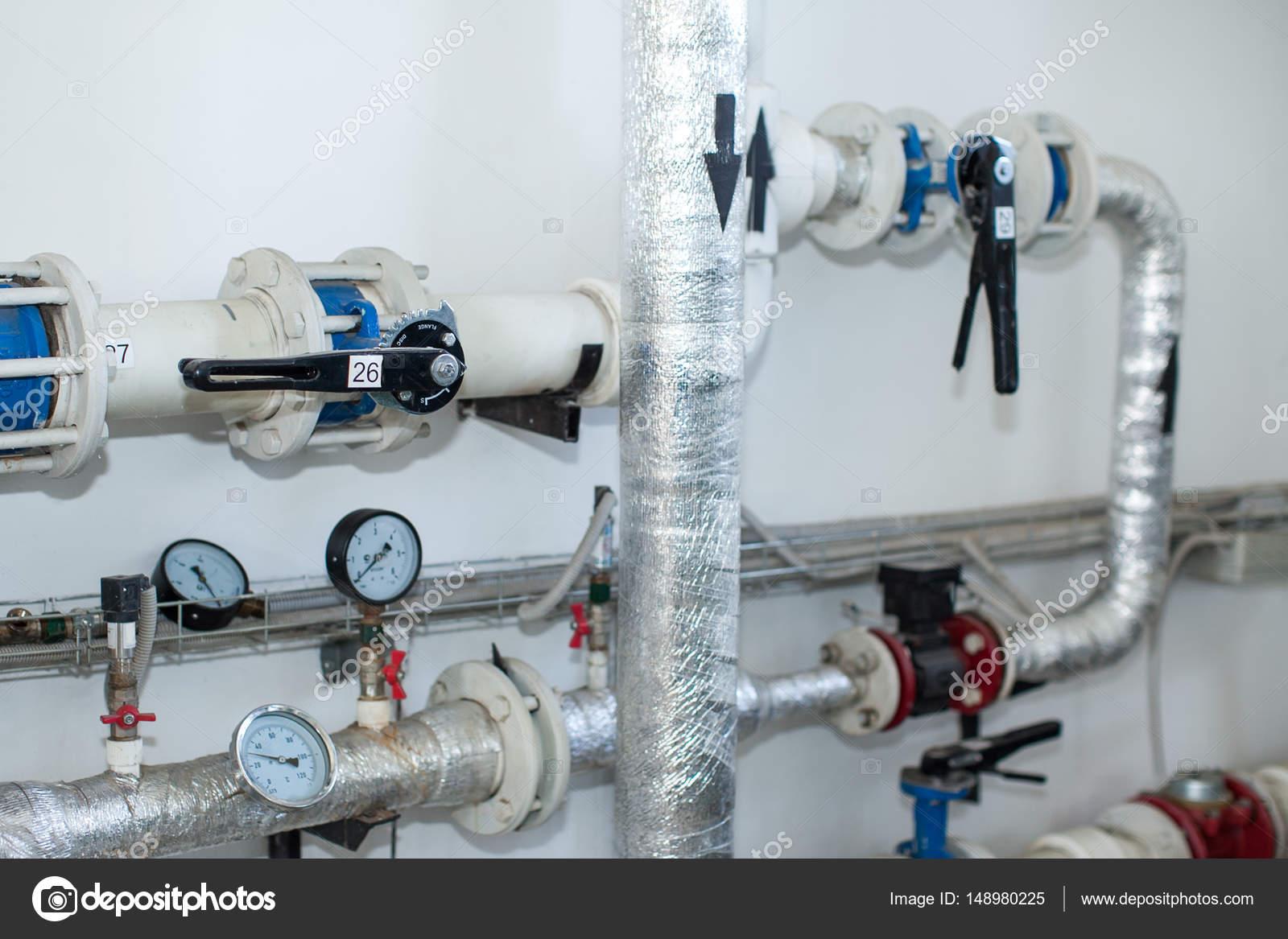 Rohrleitungen in einem Heizungskeller. Isolierung von Rohrleitungen ...