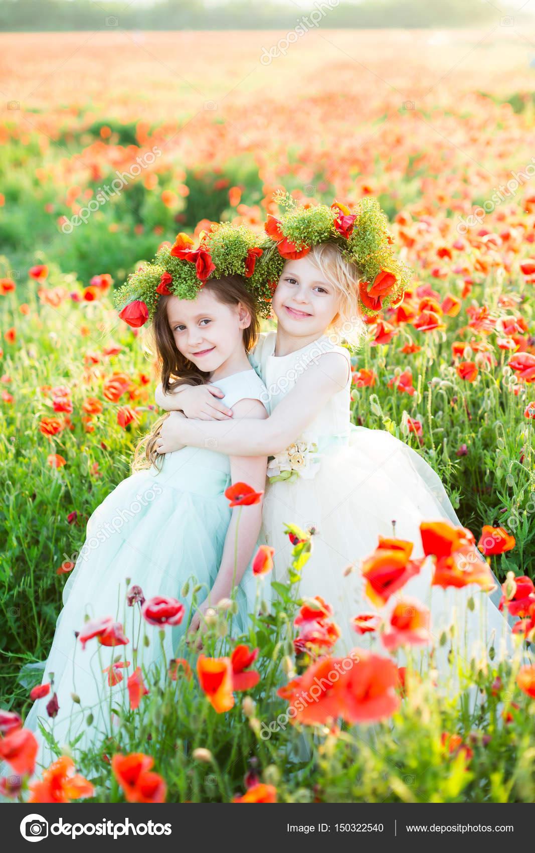 Mädchen-Modell, Hochzeit, Mohn, Sommer Modekonzept - zwei Schwestern ...