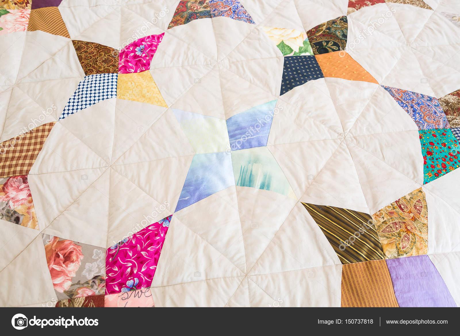 Parte del edredón de remiendo del color como fondo. Manta colorida ...