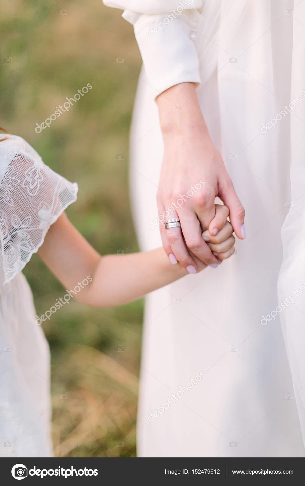 Braut, Kindheit, Hochzeit Party Konzept - Kleider die Hand ein ...