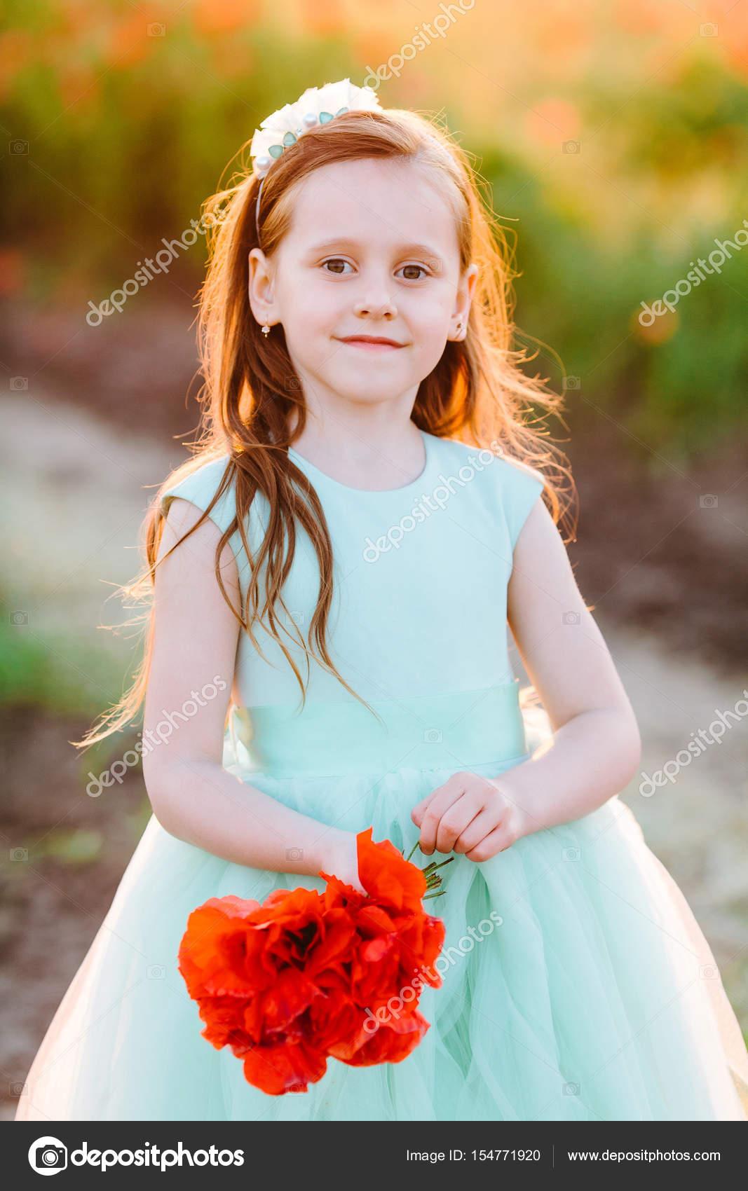 Kindermode, glückliche Kindheit, Hochzeit, Natur-Konzept - Porträt ...