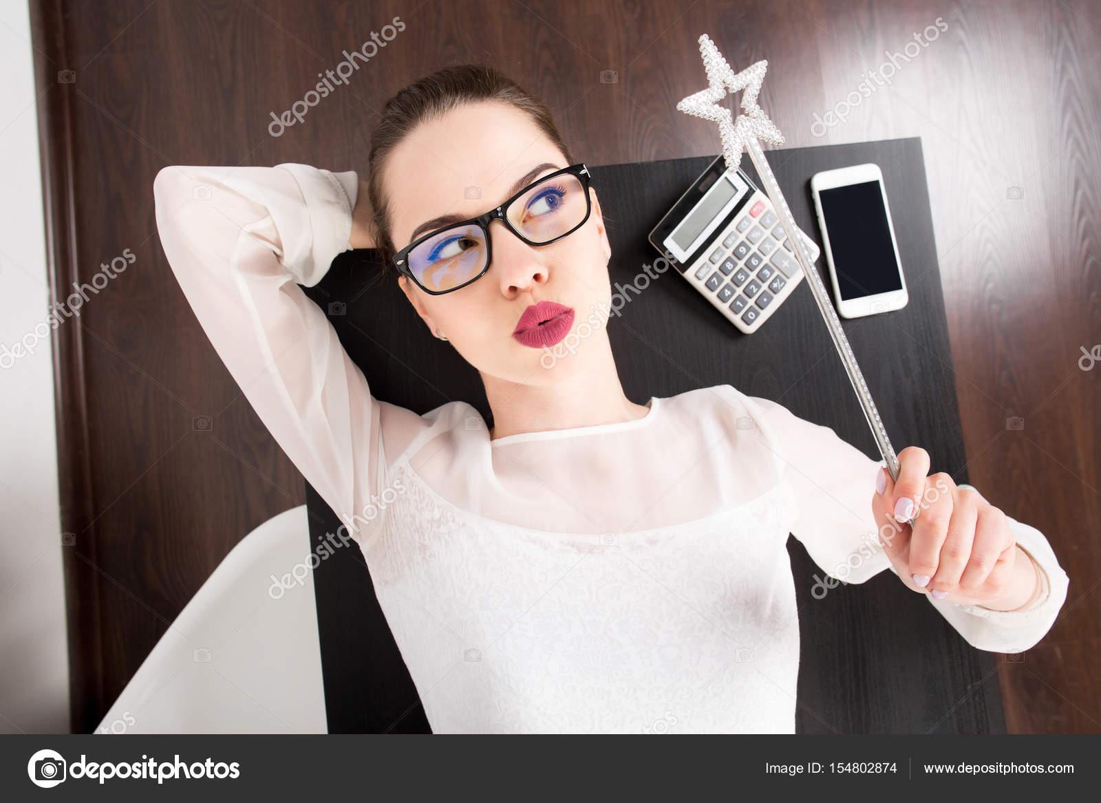 d8191c72010c νέοι επαγγελματίες γυναίκα με κυκλοθυμική έκφραση στο πρόσωπό της ...