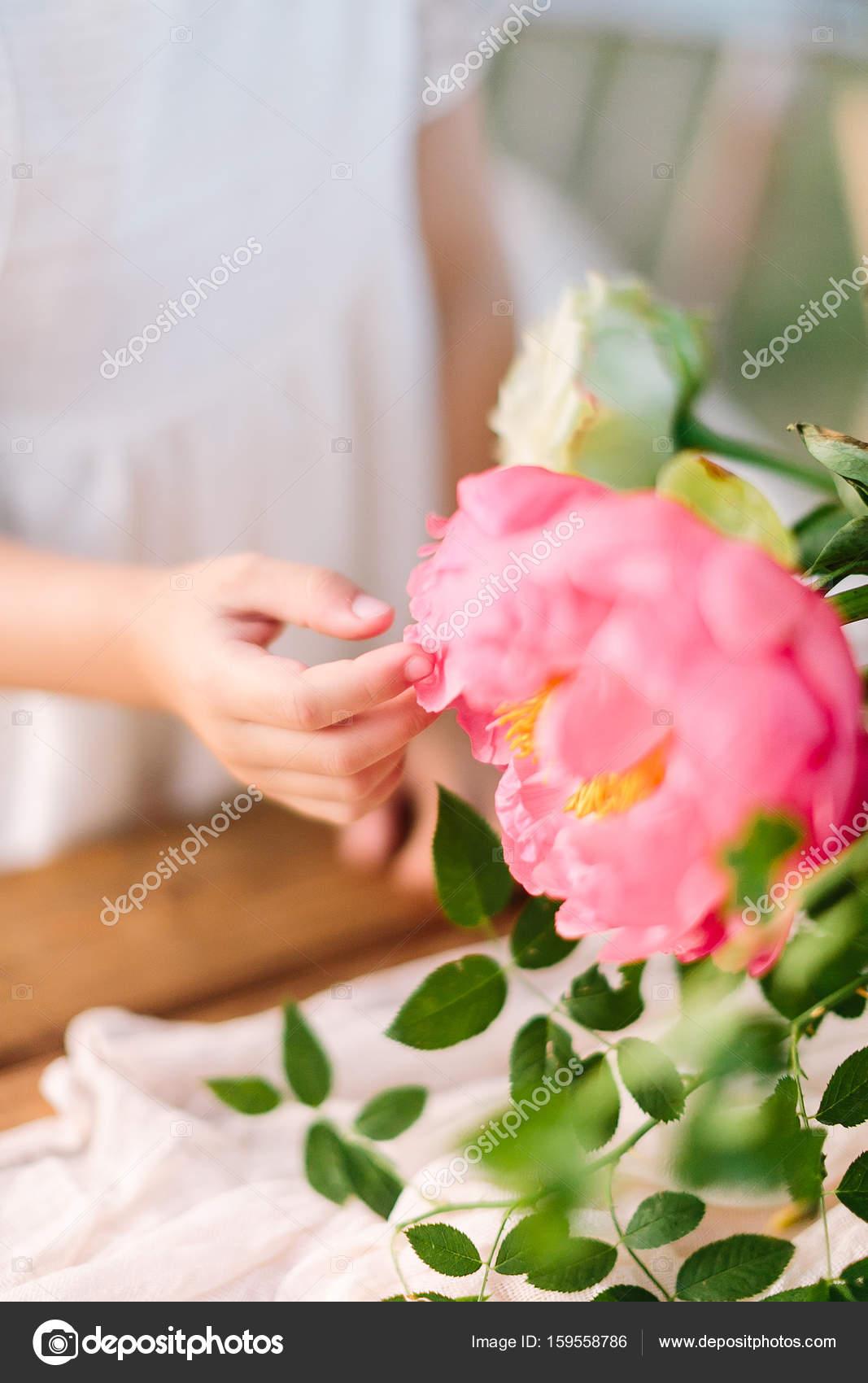 Kinderbetreuung, Florales Design, Feier, Hochzeit, Deko Konzept   Blätter  Kleine Weiche Hand Des Mädchens Im Weißen Kleid Berühren Großen Blühenden  Knospe ...