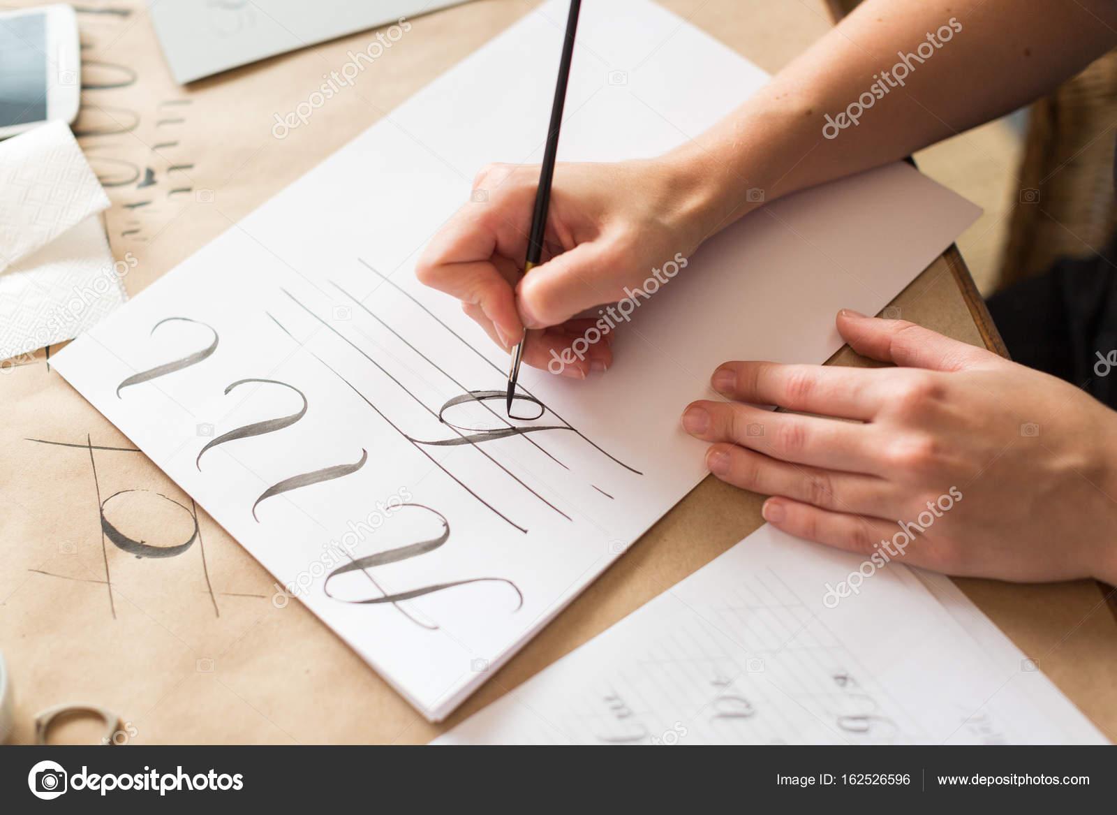 Zeichnung, Talent, Praxiskonzept. auf dem dünnen weißen Papier für ...