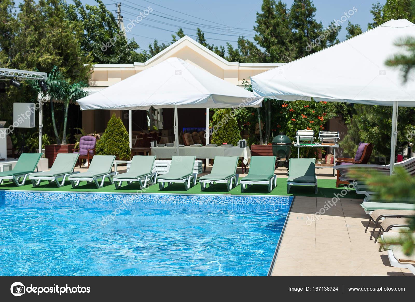 Hotel Erholung, Urlaub Und Sommer Schwimmen Konzept   Closeup Schöne Pool  Mit Klarem, Blauem Wasser Und Liegestühle ...