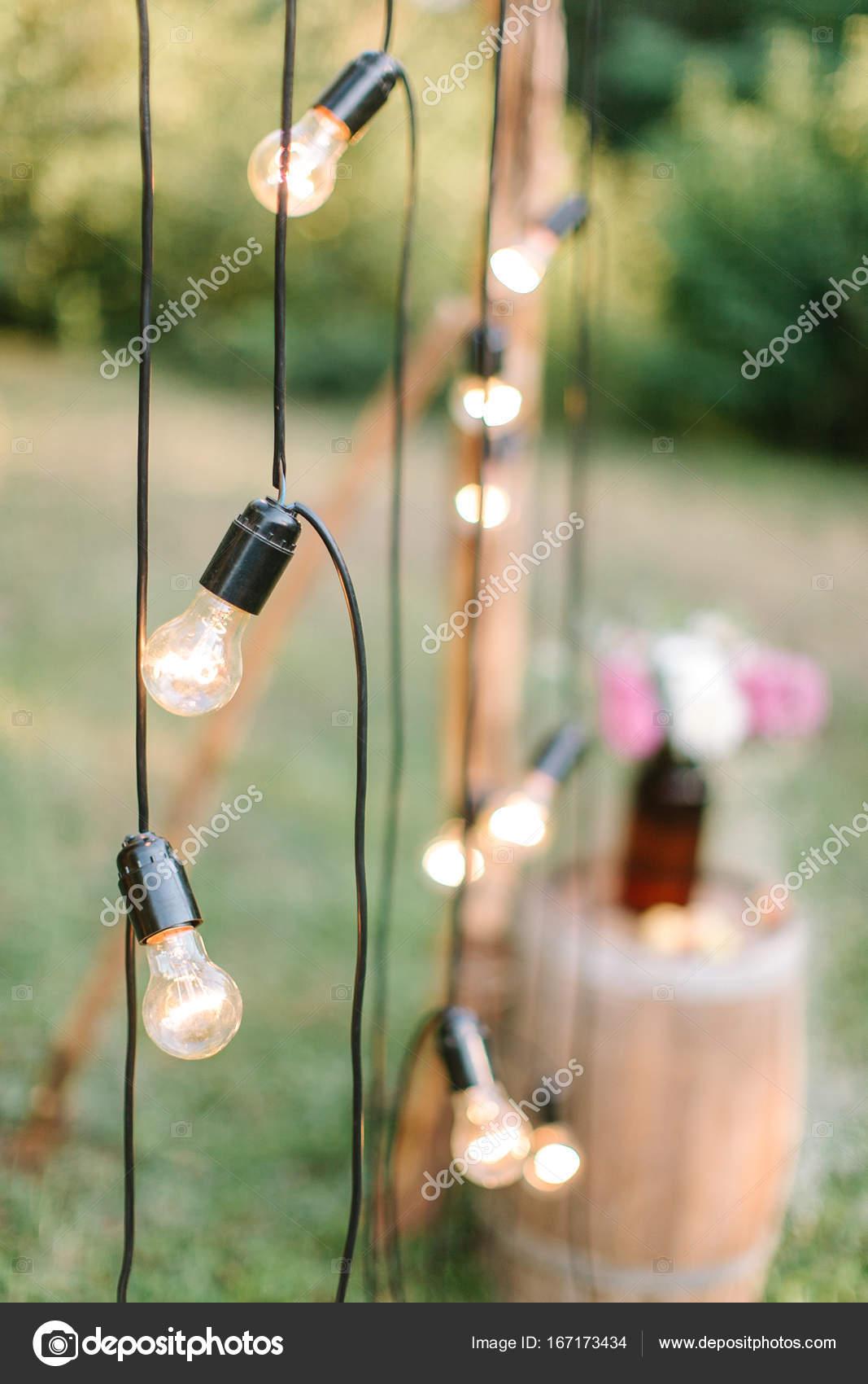 https://st3.depositphotos.com/5840274/16717/i/1600/depositphotos_167173434-stockafbeelding-decoratie-verlichting-bruiloft-concept-close.jpg