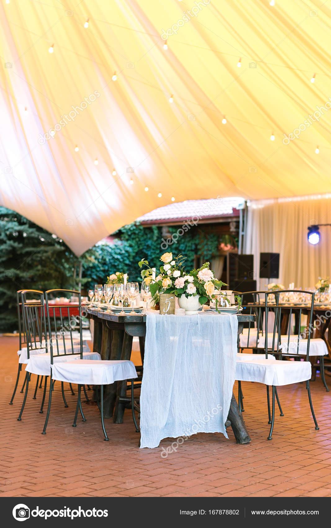 Stil, Dekoration, Urlaub Konzept. Langen Holztisch Erstellt Von Kleineren  Und Bequeme Stühle Angeordnet