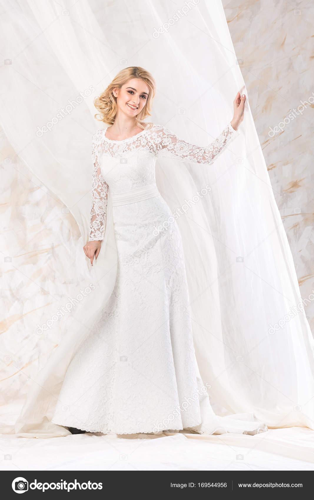 modisches Kleid, schöne blonde Model, Braut-Frisur und Make-up ...
