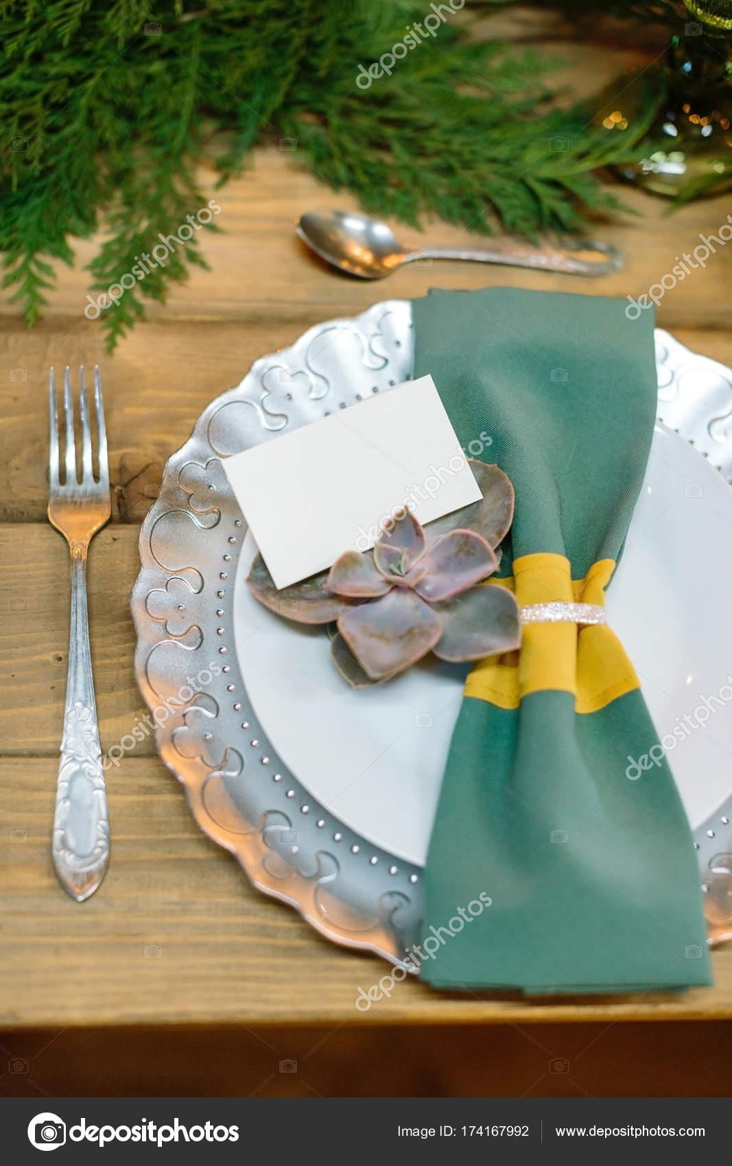 Tafelgerei, restaurant, eetkamer concept. op de houten tafel er is ...