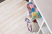 Patchwork, šití a módní koncept - dva barevné prošívané přikrývky v bílé police s několika úložné prostory v podlaze studio, bílé ve skladu hotových výrobků, pohled shora