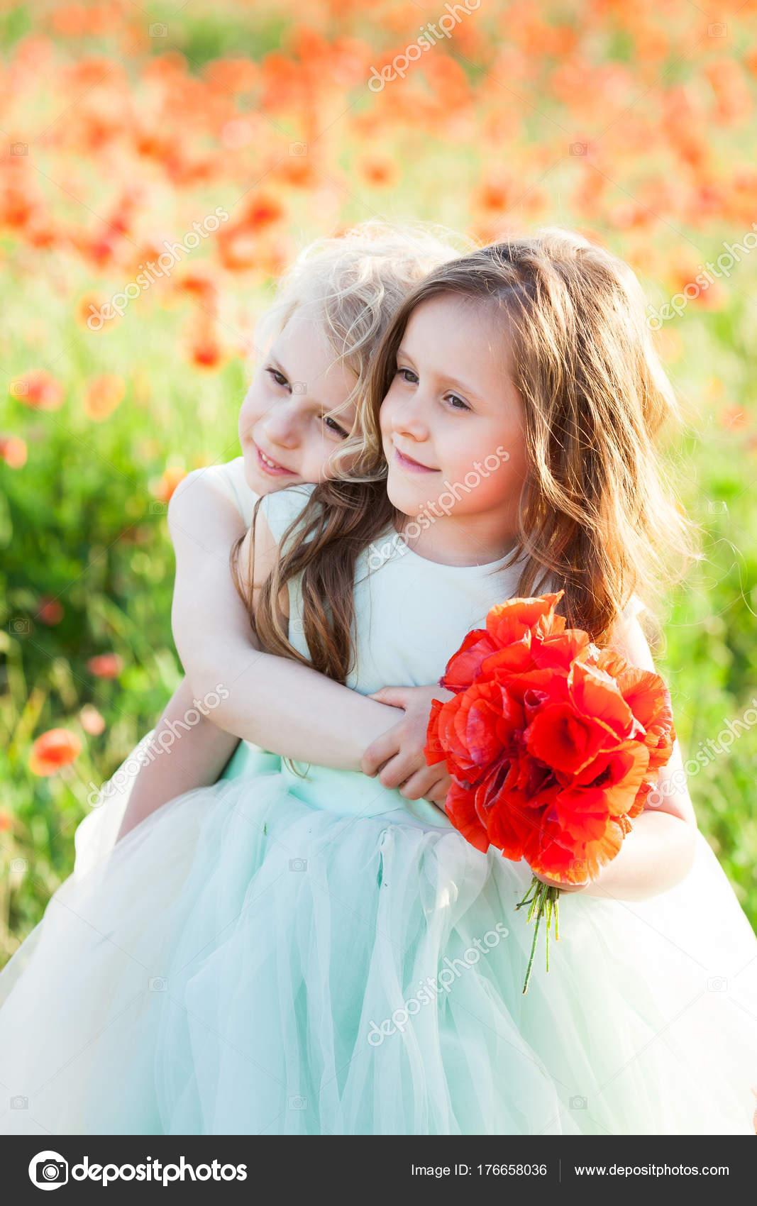 kleines Mädchen Modell, Hochzeit Modekonzept - auf der Wiese zwei ...