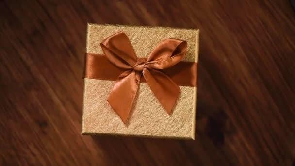 Dárková krabička na rotujícím pozadí. Vánoční a novoroční textura. Prodej, diskontní cena, nákupní koncept. Otočení o 360 stupňů.