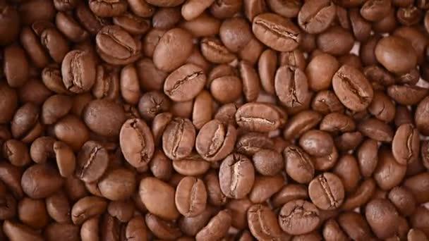 Pečená kávová zrnka na potulném hřbetě. Horní pohled. Cappuccino, tmavé espresso, aroma černý kofeinový nápoj, přísada do kávového nápoje.