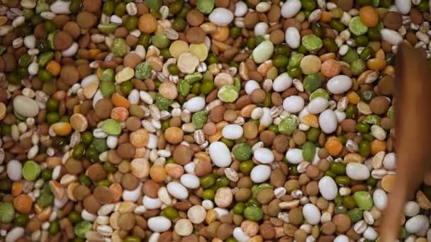 Bohnen auf rotierendem Hintergrund. Körner und Samen Textur. Hintergrund der Lebensmittelzutaten. Draufsicht, gesundes Lebensstil-Konzept. Vegane gesunde Ernährung