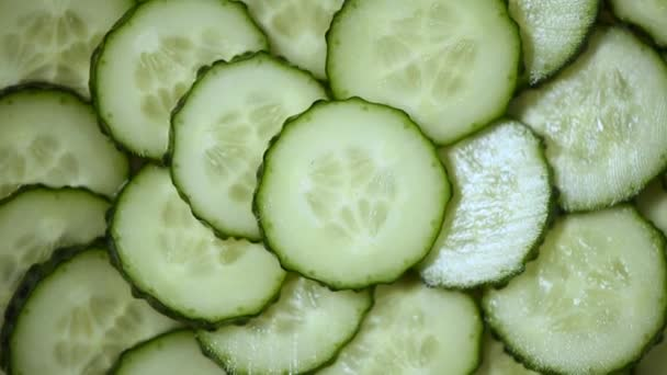 Top kilátás a friss szeletelt uborka forgatás. Vega és nyers étel koncepció. Juicy uborka textúra