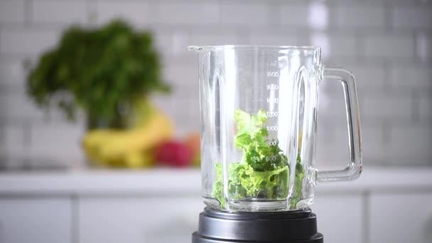 Detoxikační a zdravý životní styl. Ovoce, bobule a zelenina se mísily do zdravého zeleného koktejlu. Veganská, vegetariánská strava. Příprava snídaně