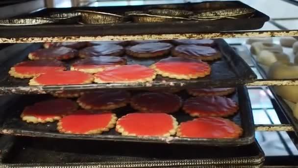 Syrové těsto a vařený chléb na kovových táccích v místní pekárně v Mexiku