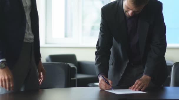 detail třesoucíma rukama dva podnikatelé