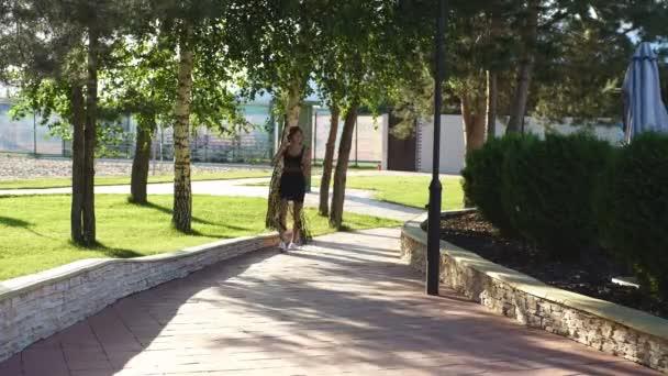 lány séta a parkban cola