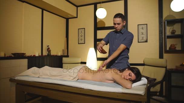 žena dostává masáž zad s olejem