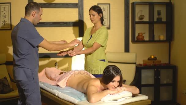 masáž se čtyřma rukama v thajské masáže zad
