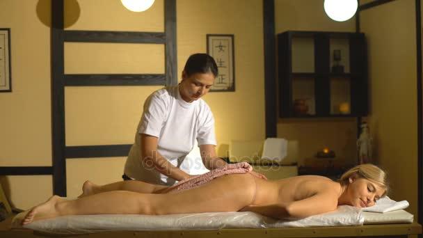 Žena, která dělá masáž hýždí