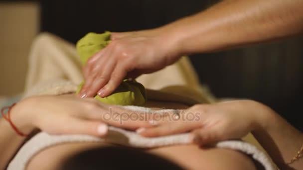 masér dělá masáž na těle ženy v wellness salonu. krása Ošetřovatelský koncept