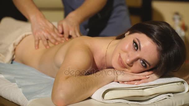 krásná žena, která dělá léčebné masáže