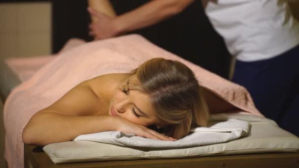 eine Frau macht therapeutische Massage Wade