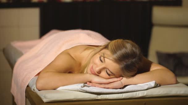 krásná blonďatá žena na masáž v lázeňském centru