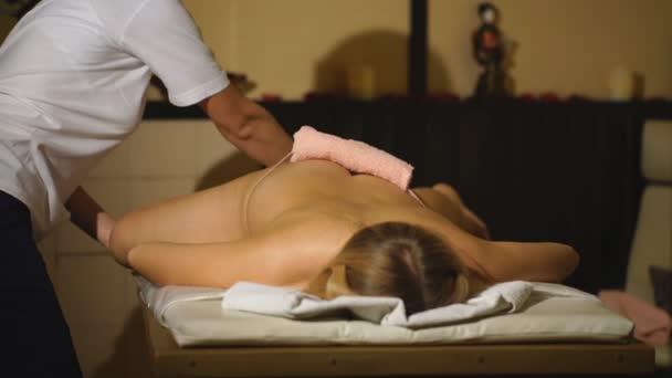 žena s profesionální terapeutické nohy masáž