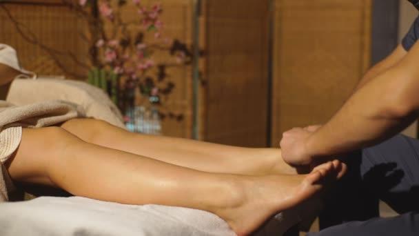 krásná blondýnka dělá masáž nohou. Terapeutická masáž.