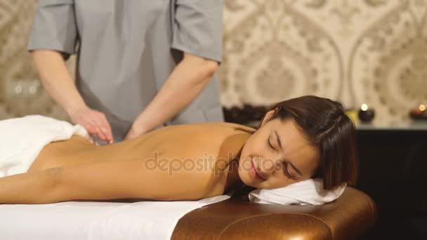 junge Frau bekommt eine Rückenmassage