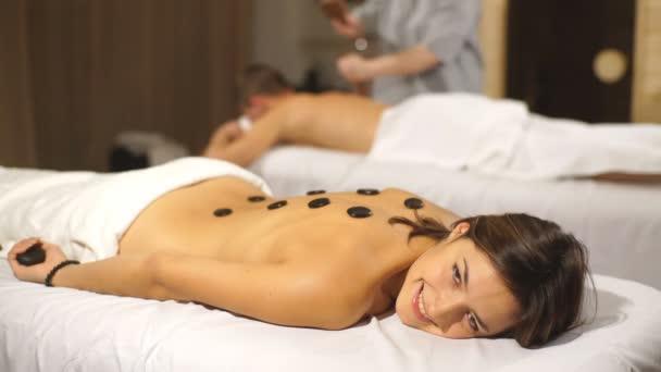 krásná žena se těší horkými kameny masáž