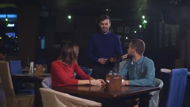 a menü egy étteremben, hogy vidám pár