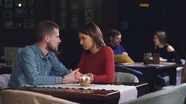Mladý pár v restauraci