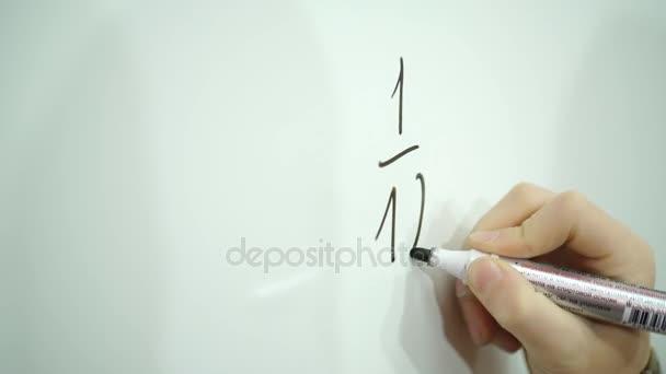 matematické cvičení chlapce na školní tabuli