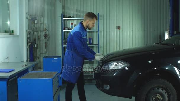 Mechanik v práci v garáži