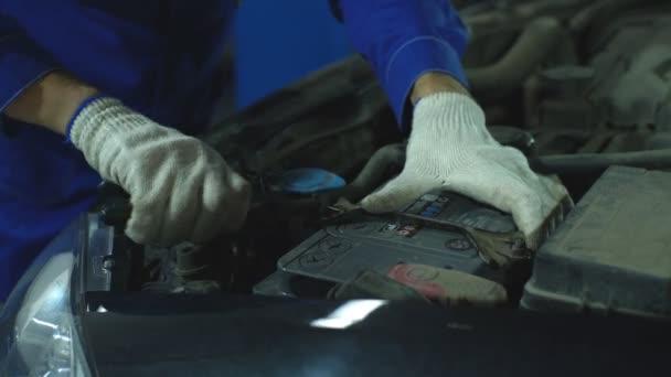 kezében autószerelő, az automatikus javítási szolgáltatás.