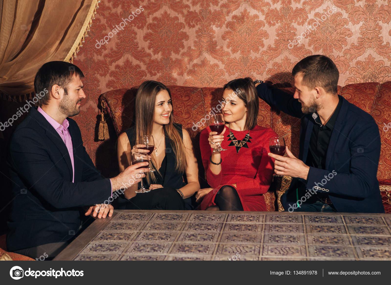 Zwei junge Paare im Restaurant Wein trinken — Stockfoto ...