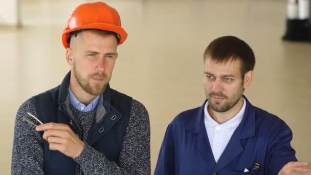 tým stavební dělníci s oranžovou přilby na pracovišti v továrně