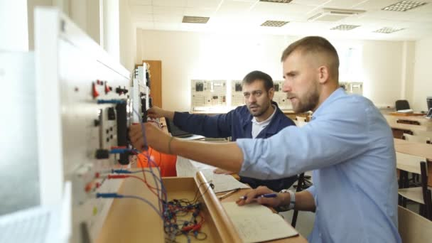 zaměstnanci v kontrolní místnosti, při pohledu na monitor počítače