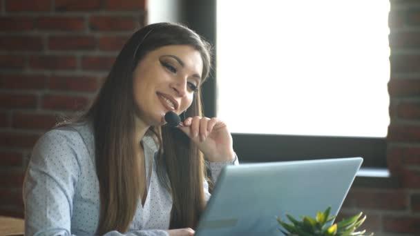 krásná usměvavá brunetka pracuje v call-centru