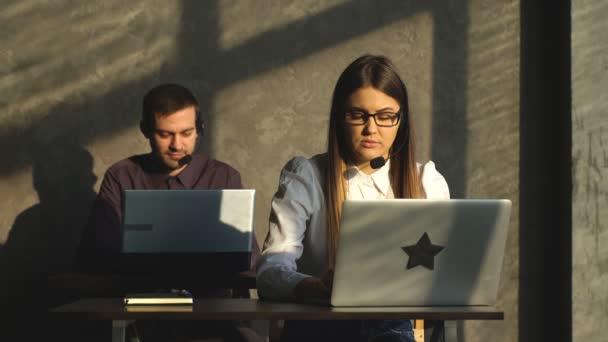 boční pohled mladých call centrum agenti v práci