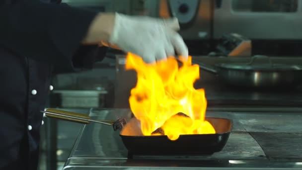 Hovězí steaky na grilu s plameny