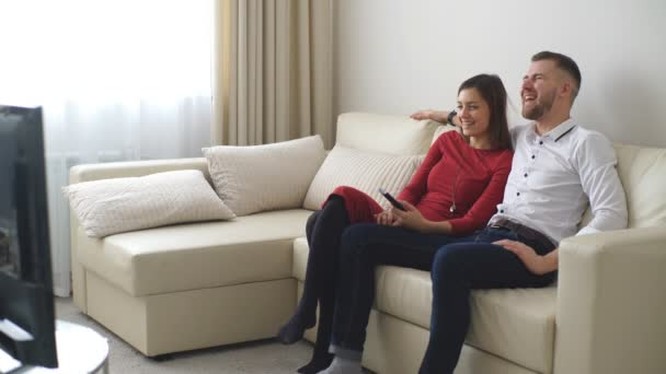 milující pár sledování televize