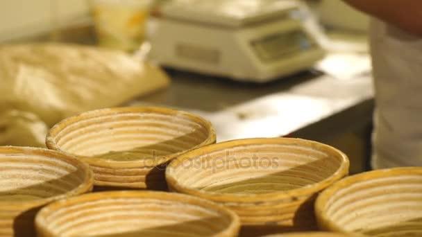männliche Formen von Teig zum Backen eines Brotes Koch